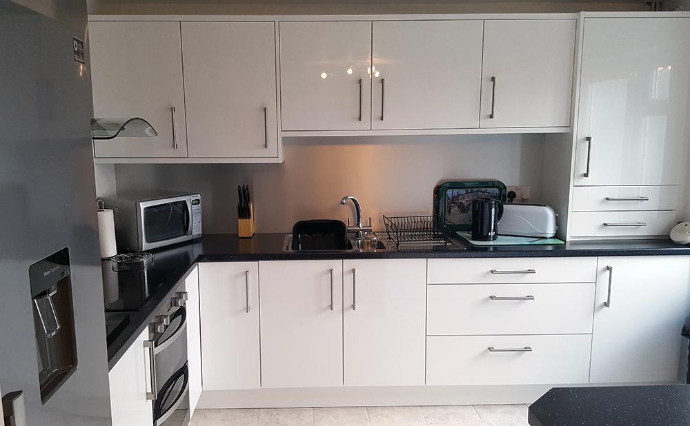 White gloss worktop best complete white gloss kitchen for Cheap gloss kitchen units